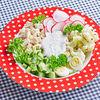 Фото к позиции меню Салат с куриной грудкой, перепелинными яйцами, овощами и йогуртовым соусом