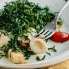 Фото к позиции меню Теплый салат с кальмарами