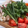 Фото к позиции меню Свежая зелень с домашней брынзой и помидорами