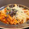 Фото к позиции меню Пенне с базиликом и пармезаном в остром томатном соусе
