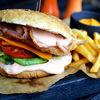 Фото к позиции меню Бургер с куриной грудкой, беконом и томатами