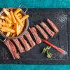 Фото к позиции меню Ребрышки ягненка на гриле с картофелем фри