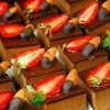 Фото к позиции меню Пирожное Шоколадно-клубничное