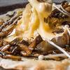 Фото к позиции меню Запеченный камамбер с фокаччей и грибами в азиатском стиле
