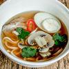 Фото к позиции меню Пикантный суп с утиной грудкой, пшеничной лапшой, грибами и яйцом