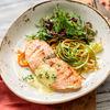 Фото к позиции меню Стейк лосося под шафрановым соусом с овощным жульеном
