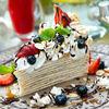 Фото к позиции меню Креп-торт со свежими ягодами и взбитыми сливками шантили