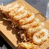 Фото к позиции меню Кольца кальмаров с овощами темпура и кисло-сладким соусом