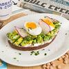 Фото к позиции меню Авокадо тост с яйцом и сливочным сыром