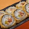 Фото к позиции меню Теплый ролл с лососем, овощами, сливочным сыром