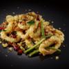 Фото к позиции меню Хрустящие кольца кальмара с чесночными чипсами и чили перцем (250/30/30 гр)