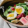 Фото к позиции меню Свежий салат с тунцом, кенийской фасолью, яйцом и артишоками
