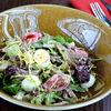 Фото к позиции меню Микс салат с телячьим языком и перепелиным яйцом