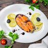 Фото к позиции меню Стейк лосося гриль с соусом и лимоном