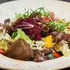 Фото к позиции меню Салат с сыровяленой говядиной ExtraVirgin, клубникой и мандарином