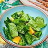 Фото к позиции меню Пикантный зеленый салат с битыми огурцами и молодым шпинатом