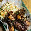 Фото к позиции меню Рёбрышки чёрного быка в соусе BBQ c салатом Коул-Слоу