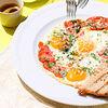 Фото к позиции меню Яичница из трех яиц / розовые томаты / сыр пармезан / тосты из сырого хлеба
