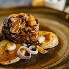 Фото к позиции меню Филе миньон с печеным картофелем и соусом из белых грибов