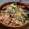 Фото к позиции меню Листья салата Романо в соусе Цезарь с курицей и беконом