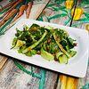 Фото к позиции меню Зелёный салат с авокадо и арахисовым соусом