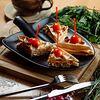 Фото к позиции меню Сэндвич на вафле с ветчиной и сыром